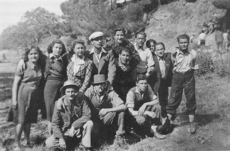 Νέα Φιλαδέλφεια - Κόκκινος Μύλος, 2 Μαΐου 1943: Εκδρομή επονιτών του Βύρωνα στη θέση Μάρμαρα. Απ' το βιβλίο του Μενέλαου Χαραλαμπίδη Η εμπειρία της Κατοχής και της Αντίστασης στην Αθήνα. Αθήνα 2012: Εκδόσεις Αλεξάνδρεια